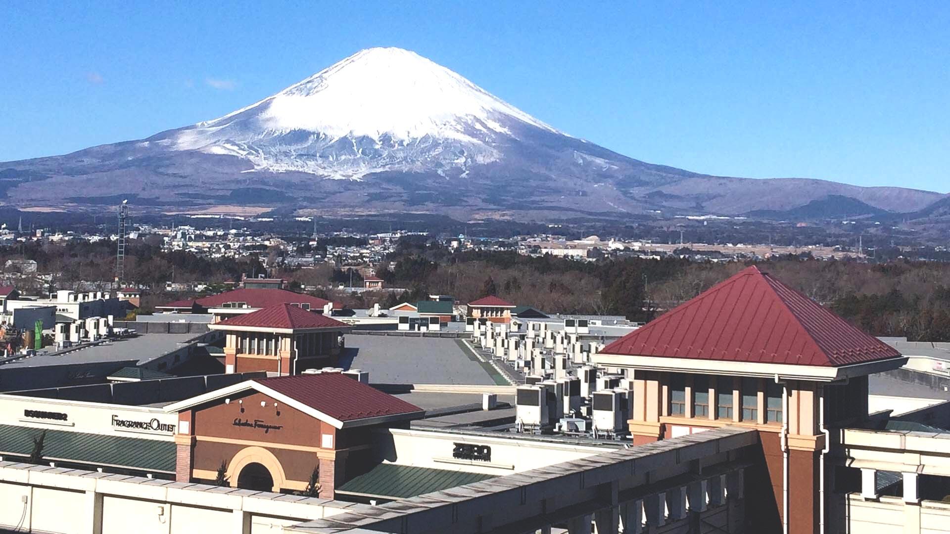 御殿場プレミアムアウトレットと富士山の画像